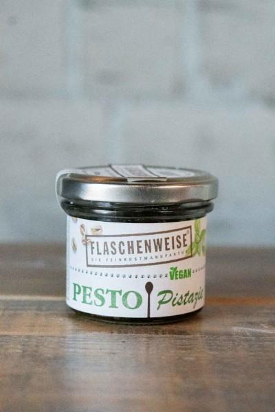 Flaschenweise Pistazien-Pesto mit Basilikum